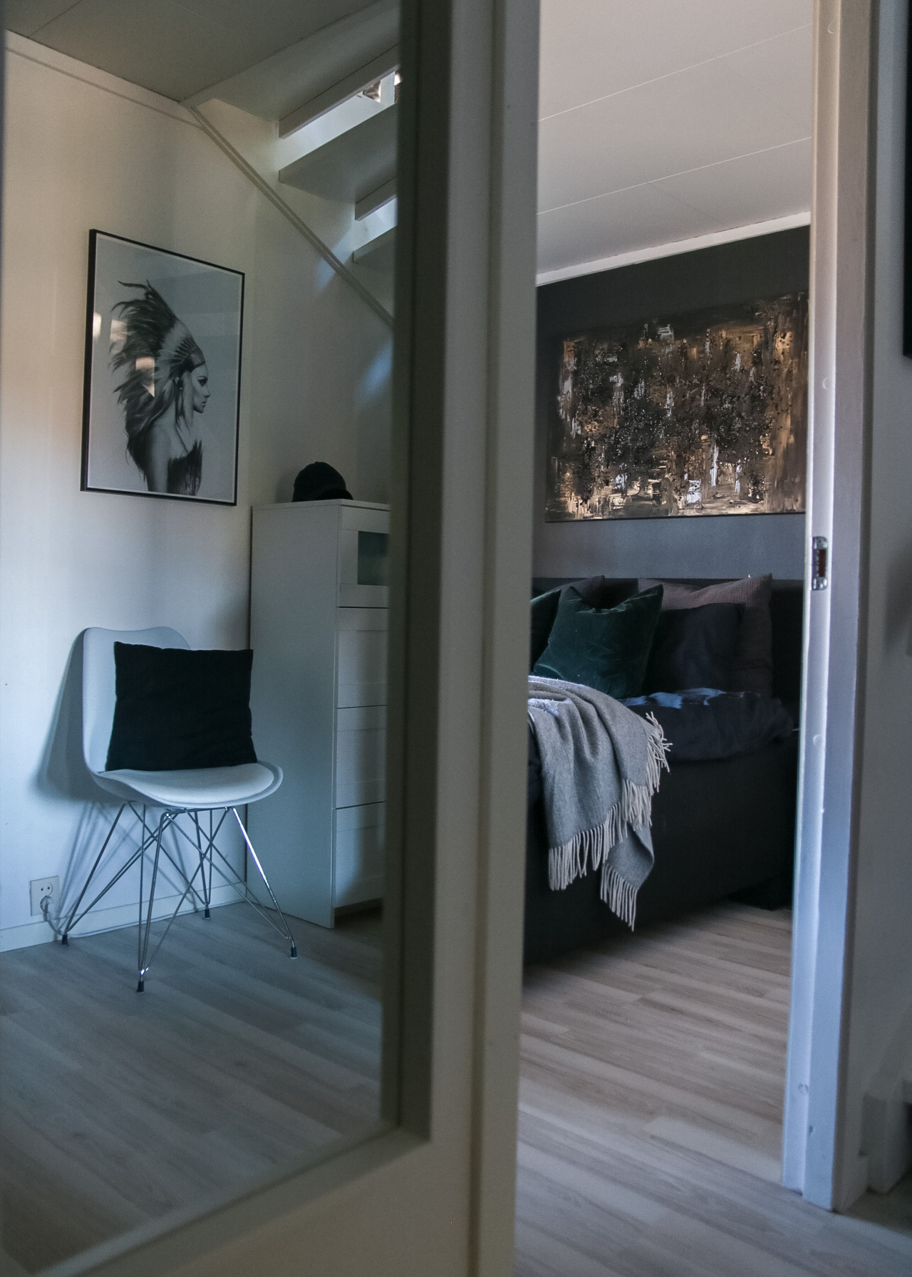 en titt på soverommet - hvitelinjer