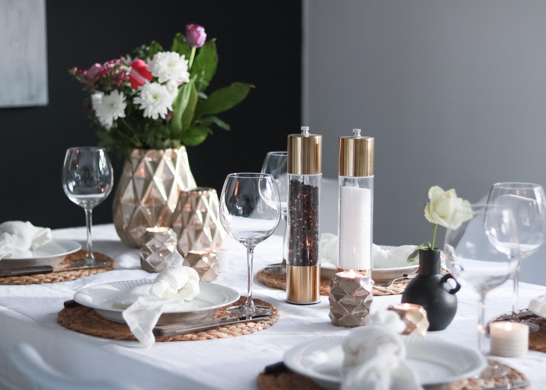 Valentine's borddekking i hvitt og gull